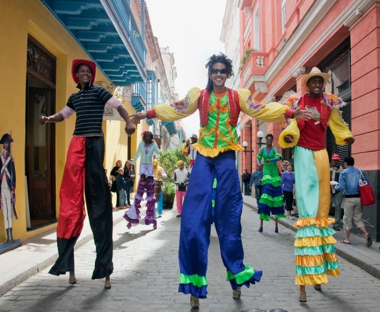 Cuban_dancers_on_stilts_dance_around_Old_Havana,_Cuba_LCCN2010638830.tif